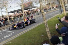 Vettel y Webber se exhiben por las calles  de Milton Keynes en la fiesta de Red Bull