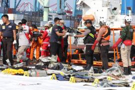 Encuentran los primeros cadáveres entre los restos del avión de Lion Air estrellado