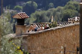Alarma en Valldemossa por un vecino que tira objetos desde el tejado de una casa