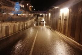 Rescatan a una mujer atrapada en su coche bajo el puente de las vías del tren del Pont d'Inca