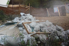 Vertido ilegal de 150 sacos de escombros en Cala Vinyes