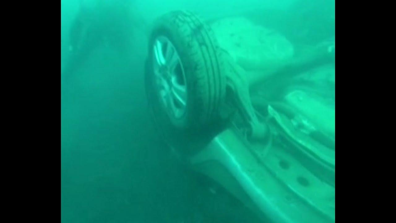 Emergencias recupera tres coches hundidos en s'Illot