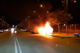 Los pirómanos atacan de nuevo y prenden fuego a varios coches en el Polígono de Levante