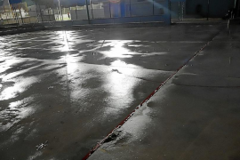 Los niños del club de patinaje El Ángel entrenan a oscuras y con grietas