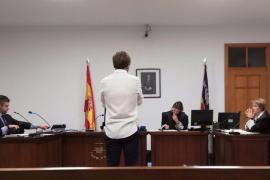 Piden dos años de cárcel a un monitor de Son Hugo por robar 20 euros de una taquilla