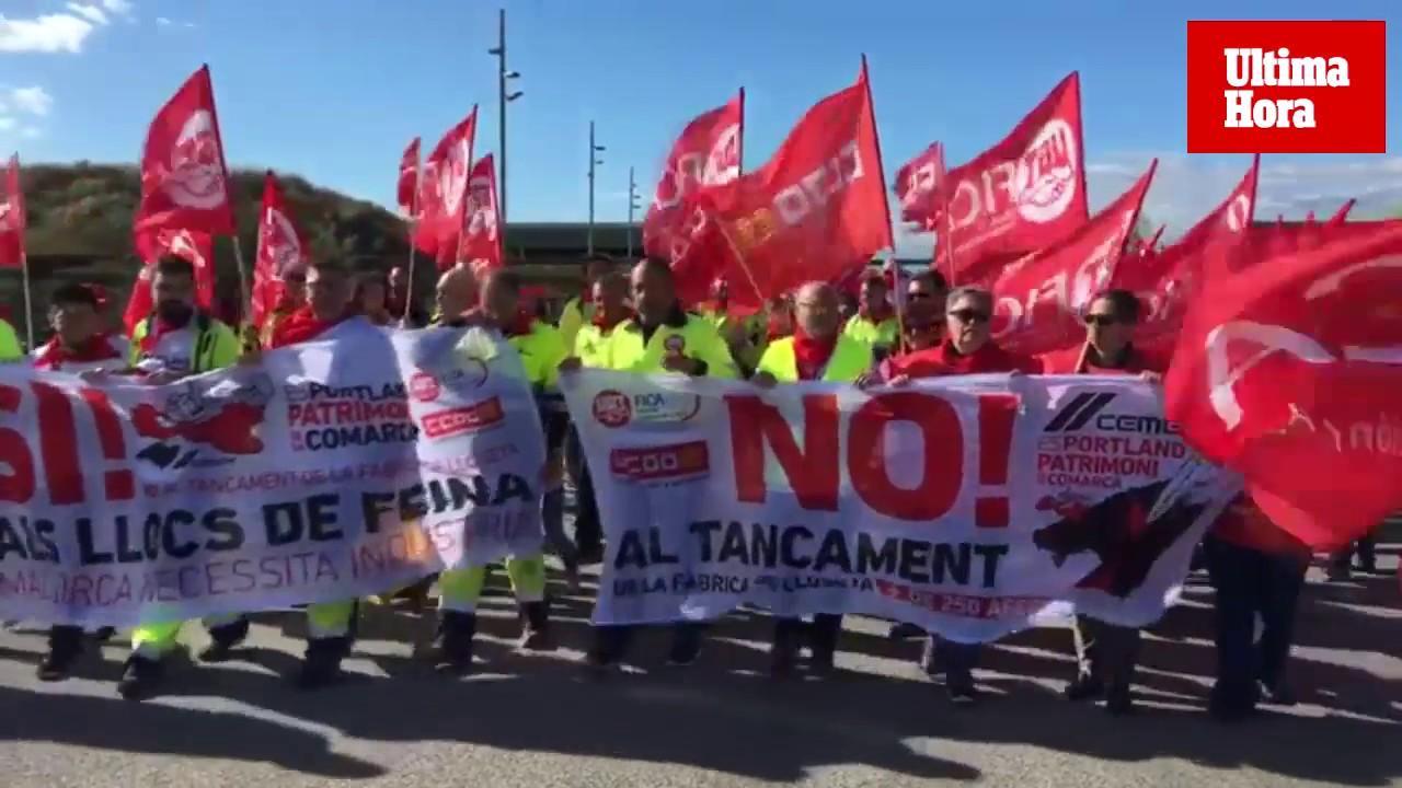 Manifestación contra el cierre y los despidos de la cementera de Lloseta
