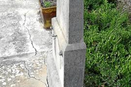 Un movimiento de tierra provoca grietas en tumbas de Establiments