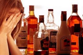 Sorprendida una madre bebiendo alcohol junto a su hija menor, que acabó cerca del coma etílico