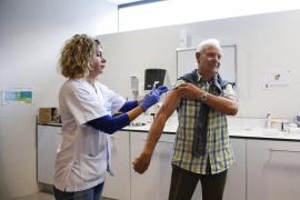 El primer día de la campaña de vacunación de la gripe en Ibiza, en imágenes (Fotos: Arguiñe Escandón).
