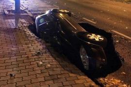 Un socavón engulle un coche en la calle más transitada de Zamora