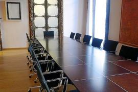 El Pacte gastó 15.273 euros en una mesa y 17.799 euros más en 16 sillas