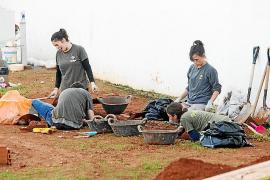 Arqueólogos y voluntarios abren dos nuevas catas en el cementerio viejo de Eivissa