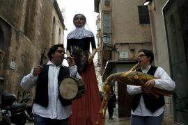 La 'geganta' Margalida se emancipa por el Día de la Mujer
