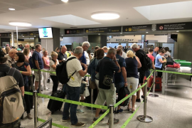 El primer vuelo del día de Menorca a Palma sale con cuatro horas de retraso
