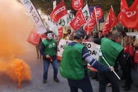 Los empleados de Correos se concentran para exigir mejoras salariales