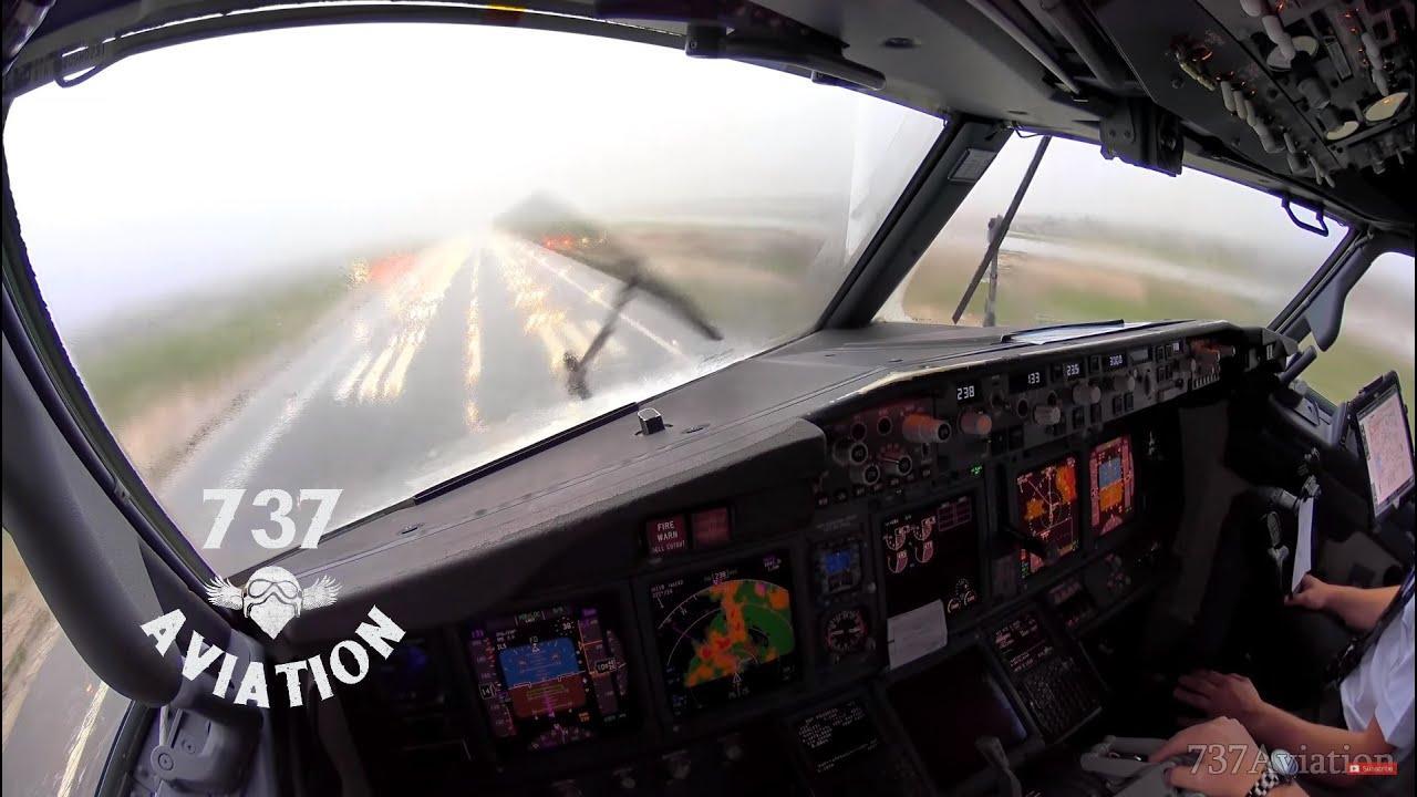 Cómo aterriza un avión en Palma tras pasar una cortina de agua