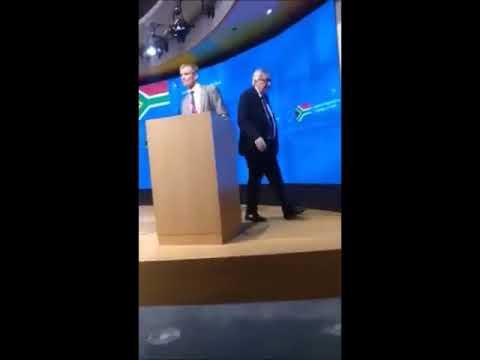Juncker abandona una rueda de prensa al darse cuenta de que lleva un zapato de cada color