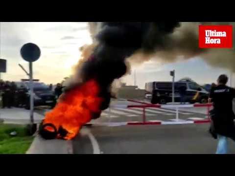 Funcionarios de la cárcel de Palma queman ruedas y uniformes en una nueva jornada de huelga