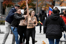 Activistas de Femen protestan contra el «fascismo legal» en un acto de Falange en Madrid