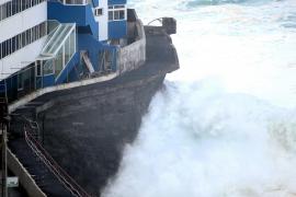 El fuerte oleaje obliga a evacuar viviendas en Tenerife