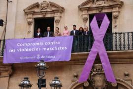 El Ayuntamiento de Palma cuelga un lazo morado contra la violencia de género