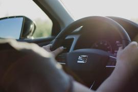Denuncian a una mujer por dejar conducir a su nieto de 13 años