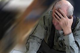 Una hija embarca a su padre enfermo de Alzheimer para que lo cuide su exmujer