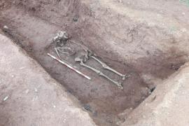 Hallan los primeros restos mortales en la fosa del Cementiri Vell de Vila