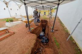 El hallazgo de restos mortales en el Cementiri Vell de Vila, en imágenes. (Fotos: Marcelo Sastre)