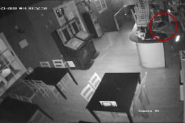 Una cámara de seguridad de un bar de Son Servera 'caza' a un extrabajador robando