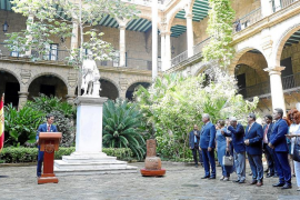 Pedro Sánchez entregó la silla de Maceo a las autoridades cubanas en «préstamo temporal renovable»