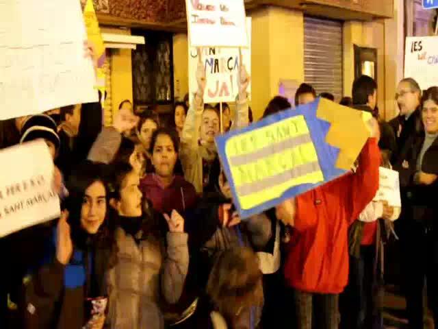 Concentración frente al Parlament para exigir la construcción del instituto de Sant Marçal