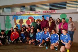 Niñas del Club Deportivo San Roque pintan en Palma un mural sobre la mujer y el deporte en los actos del 25N