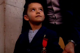 El niño de 4 años que salvó a su madre llamando al 112, condecorado