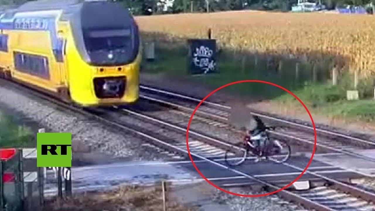 Un ciclista se salva por centímetros de ser arrollado por un tren