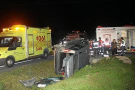 Un hombre resulta herido grave al volcar su coche en la carretera de Llucmajor