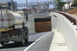 Espectacular vuelco de un camión en el túnel de la carretera vieja de Sineu