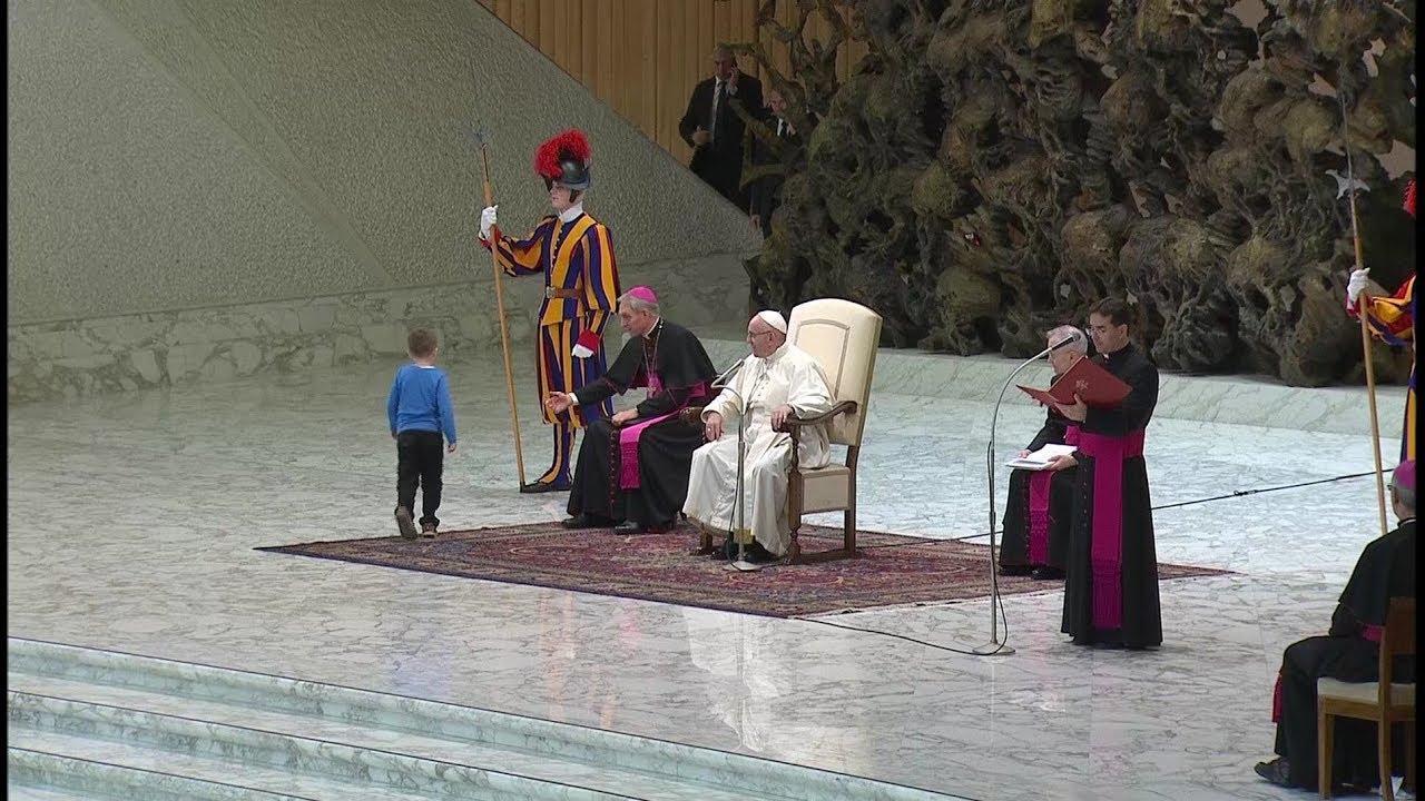 Un niño con autismo sube al estrado en la Audiencia del Papa: «Si quiere jugar acá, déjalo»