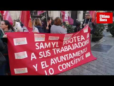 Trabajadores de la limpieza en los edificios municipales se manifiestan en la plaza de Cort