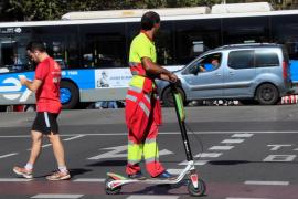 La DGT prohibirá que los patinetes eléctricos circulen por la acera y limitará su velocidad