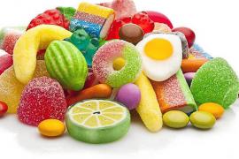 El Govern quiere prohibir los alimentos industriales y los refrescos con azúcar en todos los ámbitos escolares
