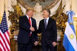 Trump se enfada con la traducción simultánea y tira al suelo el audífono