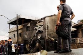 Al menos 2 muertos y 12 heridos al caer una avioneta en una calle de Sao Paulo