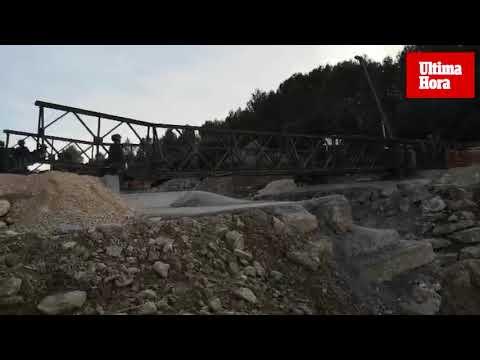 Cincuenta y seis soldados montan el puente militar provisional sobre la carretera de Artà