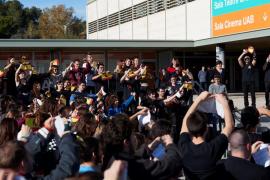 Unas 150 personas rompen a la vez banderas de España en Barcelona