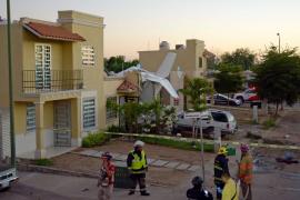 Al menos 4 muertos al caer una avioneta sobre una casa en México