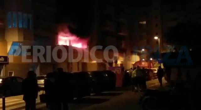 Desalojados 60 vecinos por el incendio en el 'parking' de un edificio en Ibiza