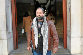 El activista Antoni Estela admite pancartas contra un fiscal en un juicio por injurias