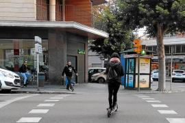 La Federació de Veïns denuncia la «pasividad policial» ante los patinetes