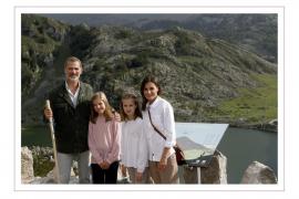 Los Reyes felicitan la Navidad con una imagen junto a sus hijas en los lagos de Covadonga